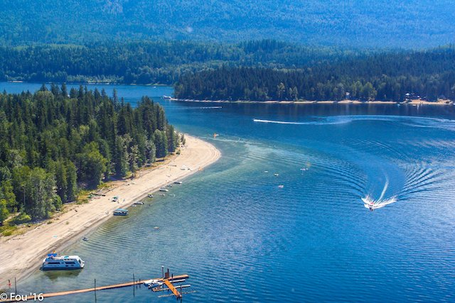 Beaches are found throughout the lake for easy mooring.