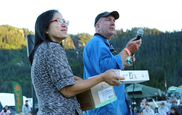 Ray and Marianne Hyland during raffle - Mercedes Lilienthal.jpg