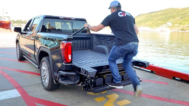Multifunction tailgate works as a step-2.jpg