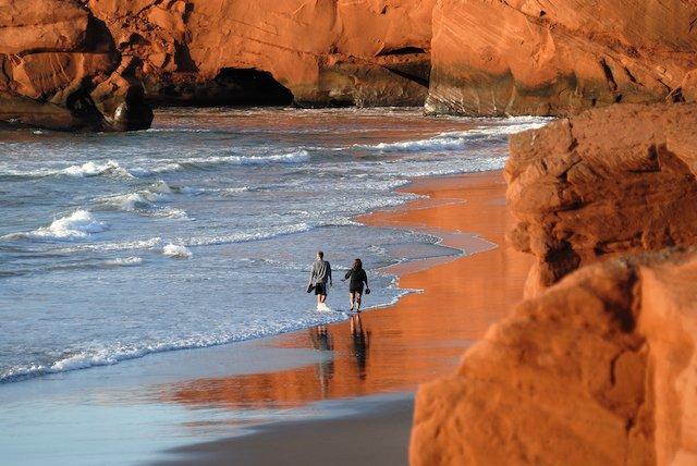 Iles_de_la_Magdeleine_strolling_20130423210617-cec012-c-marche-plage-dune-du-sud-m-bonato-mb12725.jpg