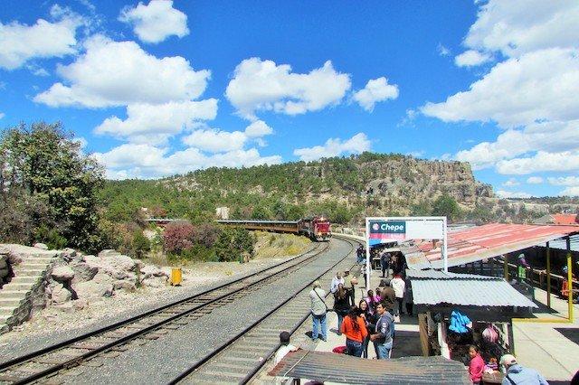 Train arrives at the station in Divisadero.JPG
