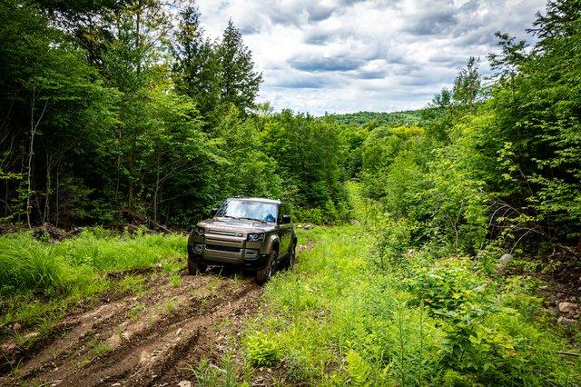 Lead Land Rover Defender Photo Mathieu Godin.jpg